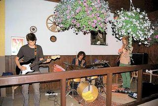 Kürzlich spielten EBC ? Electric Blues Circus ? aus dem Südburgenland auf der Balkonbühne im Glanzgraben. Ein famoser Auftritt dreier Jungmusiker. HACKL