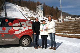 Viktoria Riegler erhält am Bischofshofener Schanzengelände ihren Gewinn von Jörg Tichy, GF SBS-Shopping und Christoph Enengl, Geschäftsstellenleiter Bezirksblatt Pongau.