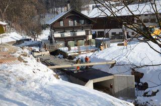 """Im Bereich """"Lampert"""" fließt jetzt das Wasser jetzt in einer 34 Meter langen Beton-Künette. Mittlerweile führt hier bereits wieder die Straße über den Bach."""