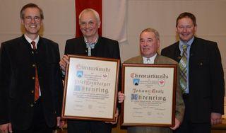 Josef Exenberger (2. von links) und Hans Gratz erhielten den Ehrenring der Gemeinde. Im Bild mit Bgm. Josef Dillersberger (links) und Vizebgm. Peter Payr.