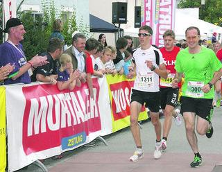 Auch Langlauf-Staffel-Weltmeister Alois Stadlober (rechts) nahm den Holzstraßenlauf in Angriff.