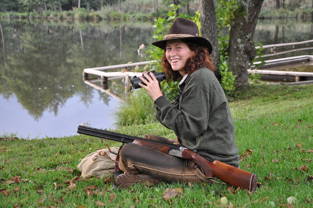 Eine Junge Jagerin Auf Der Pirsch Feldkirchen