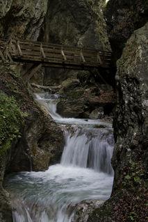 Wasserfälle, Holzstege und in den Felsen geschlagene Galerien