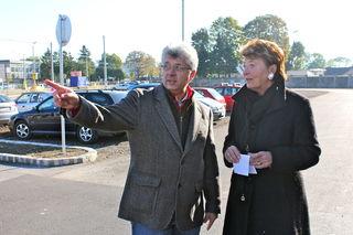"""Gerhard Kreminger (MA28) und Bezirksvorsteherin Renate Angerer: """"Der neue Gratis-Park&Ride Platz soll vor allem Autofahrern aus dem Raum Schwechat zugute kommen."""""""