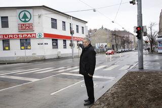 Bezirksrat Karl Mareda (FPÖ) wundert sich, dass die Ampel von der Mitte auf die linke Straßenseite verlegt wurde.