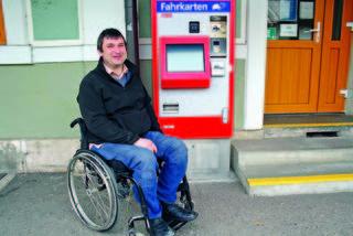 Fahrkarten bekommt Helmut Wiggisser am Bahnsteig problemlos, ins Gebäude selbst müsste er allerdings getragen werden