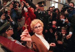 Paradiesvogel Blauensteiner im Gerichtssaal in Krems vor dem Prozess