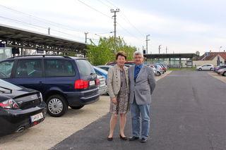Bezirksvorsteherin Renate Angerer und Gerhard Kreminger (MA 28) freuen sich über die 70 neuen Gratis-Parkplätze an der S-Bahn Station Kaisebersdorf.