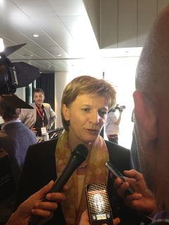 Umringt von Journalisten. Siegerin Christine Oppitz-Plörer