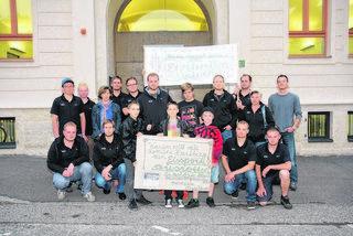 Ohne Hallendach kein Eishockeysport: Mitglieder des HCH vor der jüngsten Hartberger Gemeinderatssitzung. Foto: Mayer