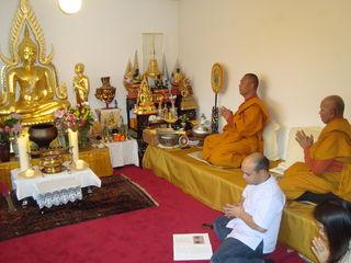 Buddhistische Mönche leiten Zeremonien und Gebete im Gebetsraum.