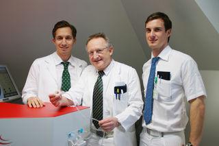 Vorreiter: Primar Günther Grabner (Mitte), Hannes Kraker und Philipp Sperl zeigen den neuen Laser.
