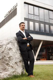 Physiotherm Geschäftsführer Josef Gunsch vor der Zentrale in Thaur
