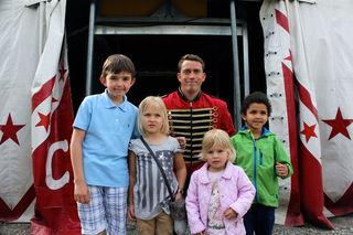 Vincent, Zoe, Amy und Nelson mit Demian vom Circus Safari