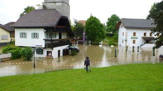 Der Bereich um die Stille Nacht-Kapelle steht meterhoch unter Wasser.