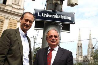 Kulturstadtrat Andreas Mailath-Pokorny und Universitätsrektor Heinz W. Engl vor der neuen Tafel.