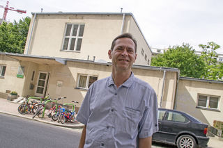 Grünen-Politiker Alexander Hirschenhauser vor dem Kindergarten.