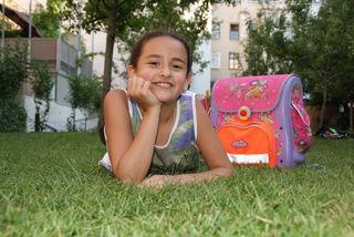 Freude über Einser: Ela (9) aus Penzing will mit ihrem Zeugnis ins Kino gehen.