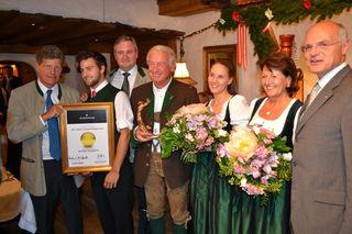Casino-Generaldirektor Karl Stoss (re.) und Karl Hohenlohe (li.) mit der ausgezeichneten Familie Hauser.