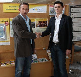 v.l.n.r. Harald Köppel (stv. Leiter des Service-Centers Mistelbach der NÖ Gebietskrankenkasse) und Dr. Michael Schromm (Allgemeinmediziner)