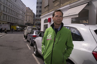 Parkplatzsuche ade: Alexander Hirschenhauser am Lugeck, wo bald Anrainerparkplätze geschaffen werden.
