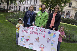 Protest: Daniela Stepp (SP), Alexander Hirschenhauser (Grüne) und Isabelle Racamier (Wir im Ersten) mit Jonas (l.) und Lilly (r.).