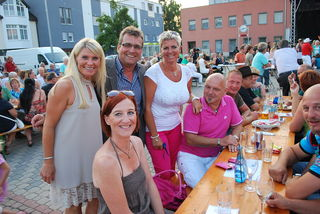 """Bürgermeister Paul Mahr (2.v.l.) und Fraktionsobfrau (SP) Heidi Strauss (l.) im Gespräch mit """"Summer in the City"""" Besuchern."""