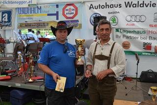 Franz Fiedler von den Stoitzendorfer Traktorfreunden übernahm den Pokal