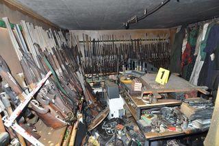 Die Polizei fand im Haus des Unternehmers 100 Lang- und Faustfeuerwaffen. Genug um eine kleine Armee auszustatten.