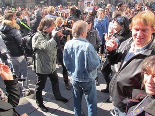 Rund 200 kamen zum Flash-Mob der Raucher und Wirte auf den Stephansplatz