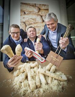 v.l.n.r.: Phillip Hörrlein (Feldbacher Fruit Partners) mit dem Preisträger Hans Schwarz (The Butcher) und Herbert Hörrlein (Feldbacher Fruit Partners).