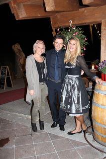 Josef Nagl freut sich mit Stylistin Regina Rieger und Lily Mayr von der Oberforsthof Alm über die gelungene Veranstaltung.