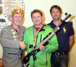 v.l. Perger Schützenkönig Martin Spindlberger mit dem Stadtmeister in der Hobbyklasse Reinhard Strauss und Sportreferent Michael Peham