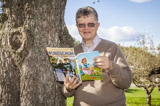 Passionierter Journalist: Wundschuhs Karl Brodschneider mit Gemeindezeitung und Bauernkalender