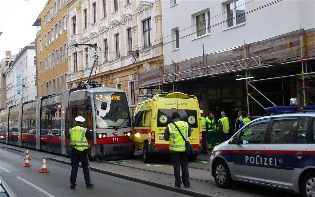 Verkehrsunfall Straßenbahnlinie 43 Und Rettung Hernals