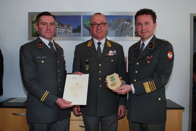 Staffelübergabe: Militärkurat Pater Raphael Kaspar, Militärkommandant Heinz Zöllner und Christian Thomas Rachlè (v. li.)