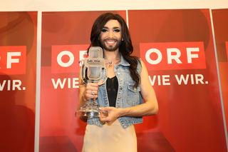 Müde, aber glücklich: Conchita Wurst bei ihrer Ankunft am Flughafen Wien-Schwechat.