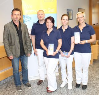 v.l.n.r. Harald Köppel (stv. Leiter NÖGKK-Service-Center Mistelbach), DDr. Nikita Jurasch (Facharzt für Mund-, Kiefer- und Gesichtschirurgie, Zahn-, Mund- und Kieferheilkunde und Implantologie), Doris Sparrer, Claudia Goldmann, Yvonne Grohotolszky (alle drei zahnärztliche Assistentinnen - Team von DDr. Jurasch)