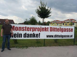 Der Obmann der Bürgerinitiative, Martin Metzenbauer, vor einem der zahlreichen Protestplakate in der Siedlung