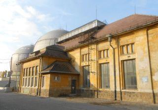 Eines von 18 denkmalgeschützten Gebäuden am Gelände des Gaswerks Leopoldau. Eine internationale Summerschool befasst sich mit dem Gelände. Für die Studentinnen werden Gastfamilien gesucht.
