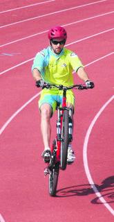 """Thomas Kaltenegger beim erfolgreichen Weltrekordversuch im """"Hinterrad-Fahren""""."""