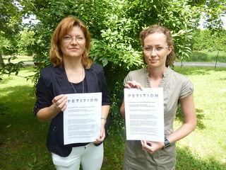 Zwei von 29 Nicht-Mehr-Schulleiterinnen: Elisabeth Hofbauer (Limbach) und Kathrin Fikisz (Inzenhof) protestieren.