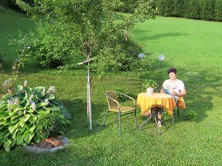 Die Natur genießen: Doris Schweiger in ihrem Garten in Opponitz.