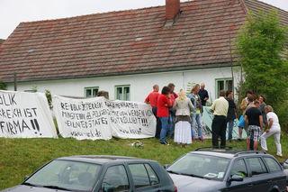 """""""Österreich ist eine Firma"""": Solche und ähnliche Slogans plakatieren die OPPT-Anhänger seit vergangener Woche am Walknerhof. Im Bild: Anrainer diskutieren mit den Bewohnern des Bauernhofes."""