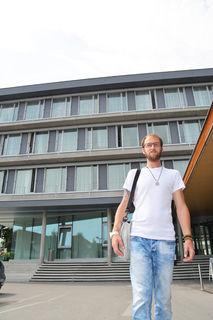 """Martin Hainitz aus Ybbs ist ein sogenannter """"Freeman"""". Als solcher zeigt dem Staat – im Hintergrund die Bezirkshauptmannschaft Melk – den Rücken. Er will seinen eigenen, freien Weg gehen."""