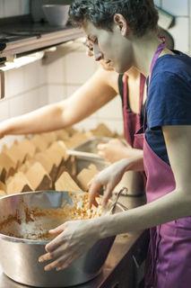 Köchin Rita Huber bei der Arbeit: Das fertige Essen wird portioniert.