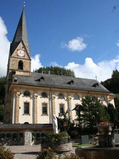 Erbaut wurde die Pfarrkirche zu Ehren des Heiligen Alban.