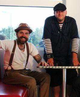 Immobilienbesitzer und Tattoo-Künstler Andreas Reisinger mit Pächter Laszlo Meruk.