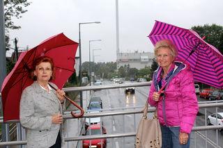 Carola Röhrich und Lore Kummer von der Bürgerinitiative  vor der MVA Flötzersteig: Hier krankt´s an der rechtzeitgen Information der Bevölkerung