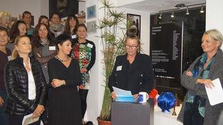Kerstin Eberhard begrüßt die Gäste in ihrer Galerie